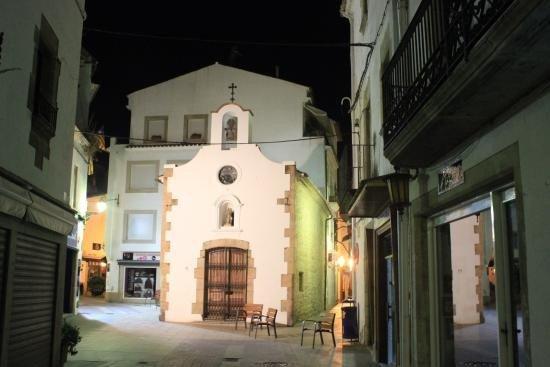 Маленькая церквушка на узких улочках города