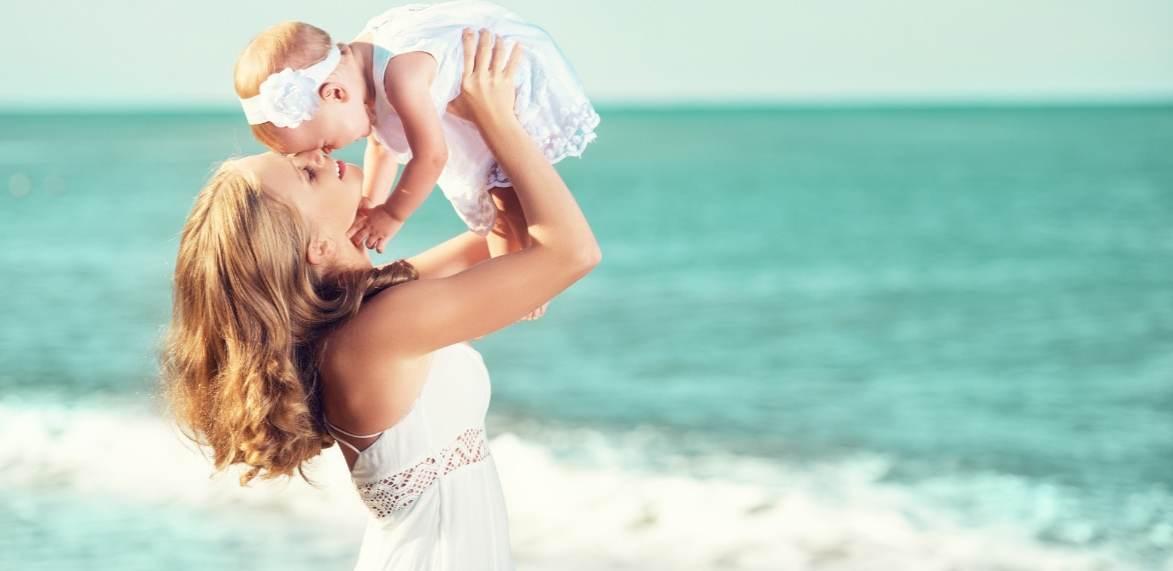 Мама с маленькой девочкой на пляже