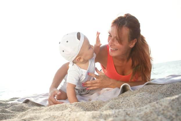 Мама с маленьким сыночком на пляже