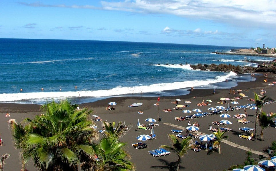 Черный пляж острова