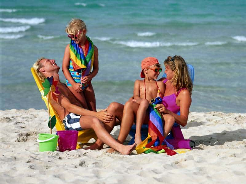 Семья на пляже ОАЭ в апреле