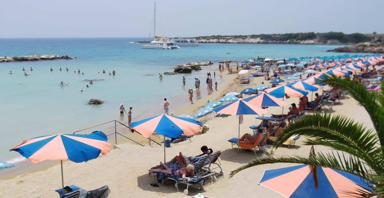 Пляж в начале июня на Кипре
