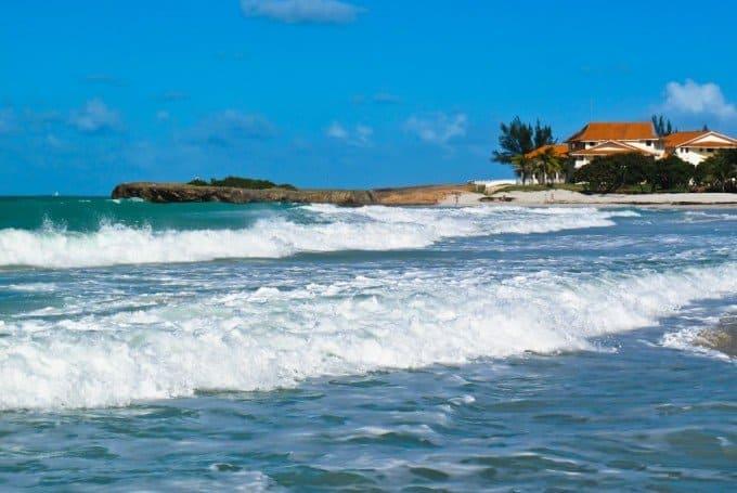 Волны у побережья