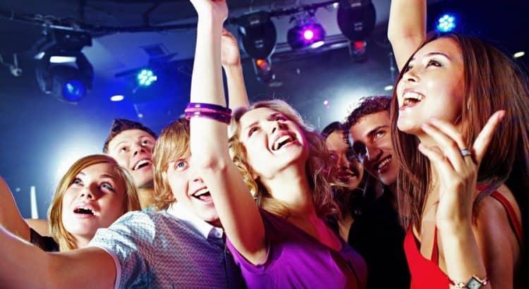 Эротическая пенная дискотека, очень любит заглатывать член онлайн