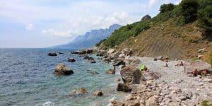 Валуны на диком пляже
