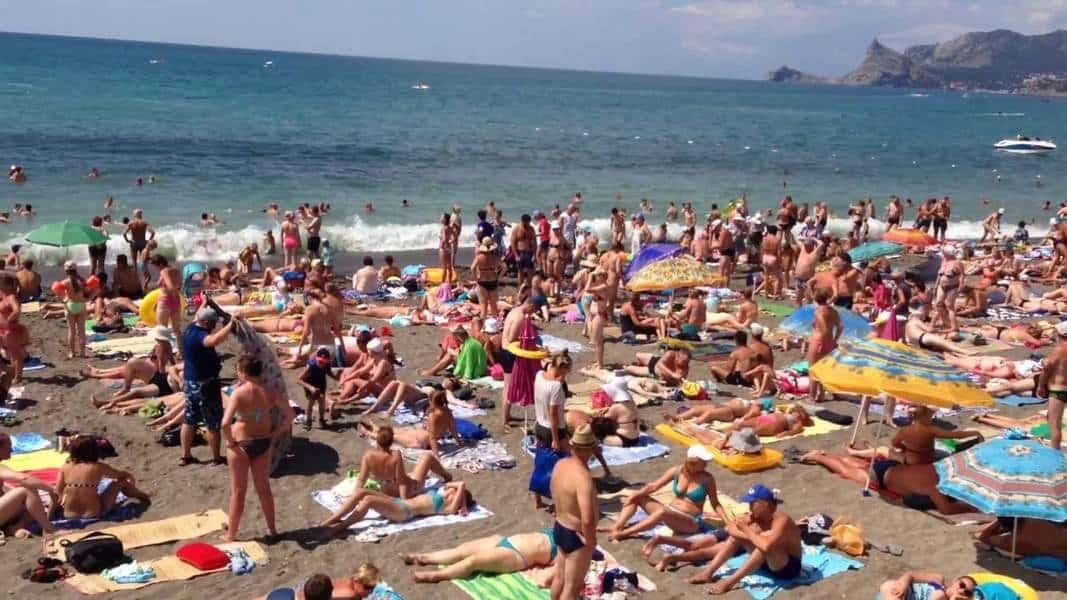 Пляж в Судаке в пик сезона