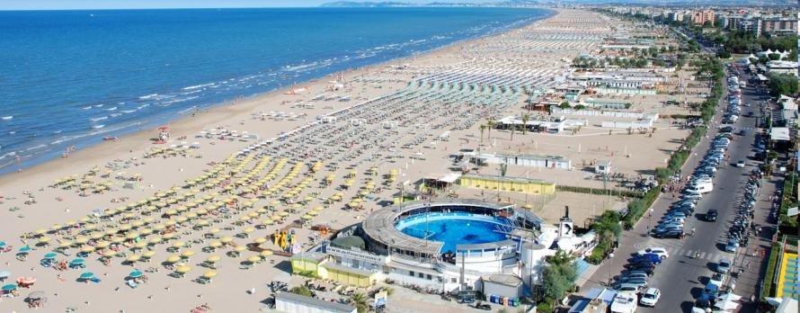 Очень широкие пляжи Римини