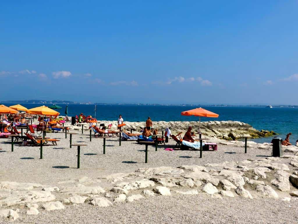 Один из пляжей на побережье Гарда