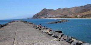 Вид на пляж Лас Тереситас с насыпи