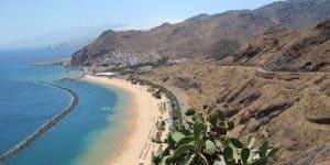 Вид на пляж со скалы