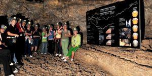 Группа во время экскурсии в пещере