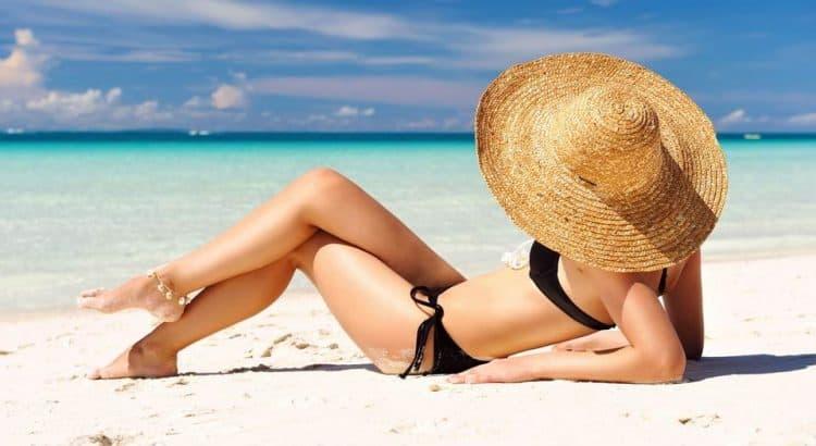Девушка на пляже в черном купальнике
