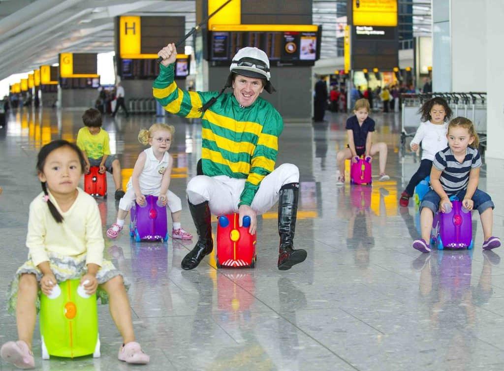Дети в аэропорту с детскими чемоданами