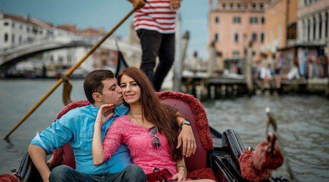 Пара на гондоле в Венеции