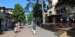 Прогуливаясь по улице Йомас