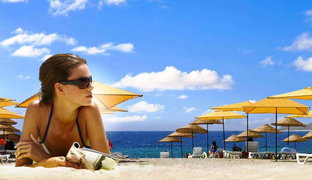 Девушка на пляже в Турции