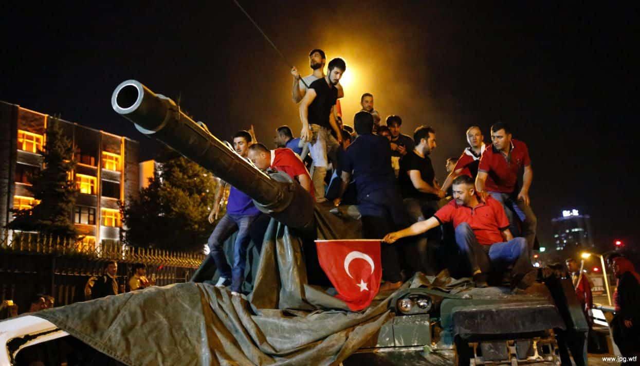 Переворот в Турции. Гражданские лица на танке
