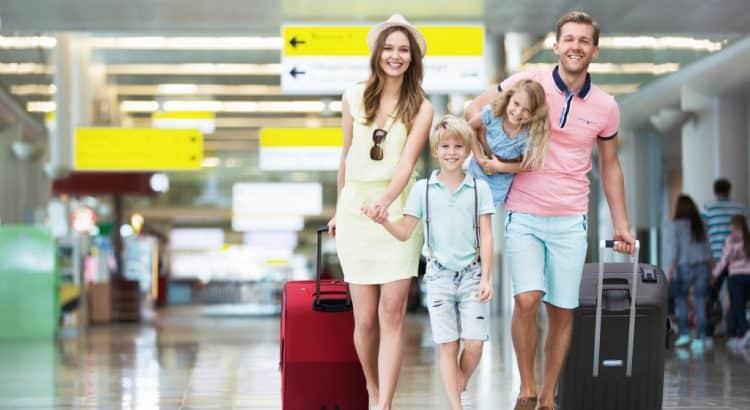 Семья в аэропорту