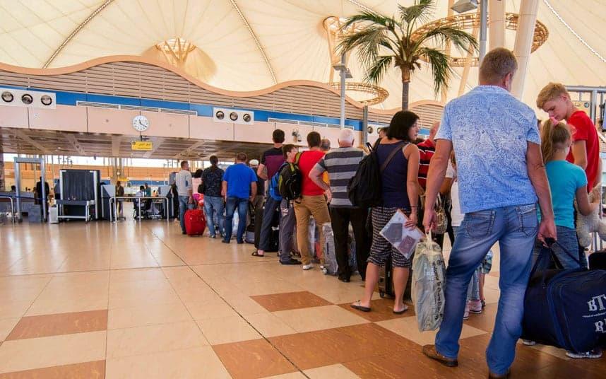 Очередь туристов в аэропорту
