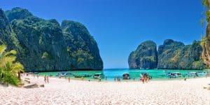 Белоснежный песок пляжа