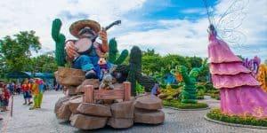 Скульптуры на территории парка