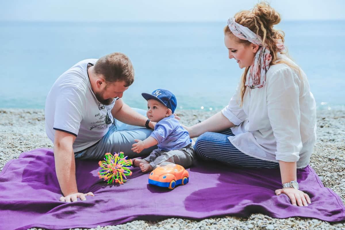 Семья с маленьким ребенком на пляже в Ялте