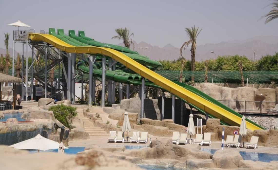 Водные горки в отеле Reef Oasis