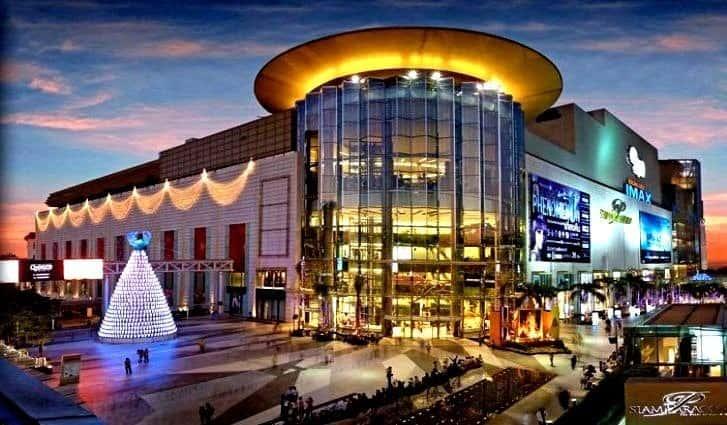 Торговый центр с множеством развлечения