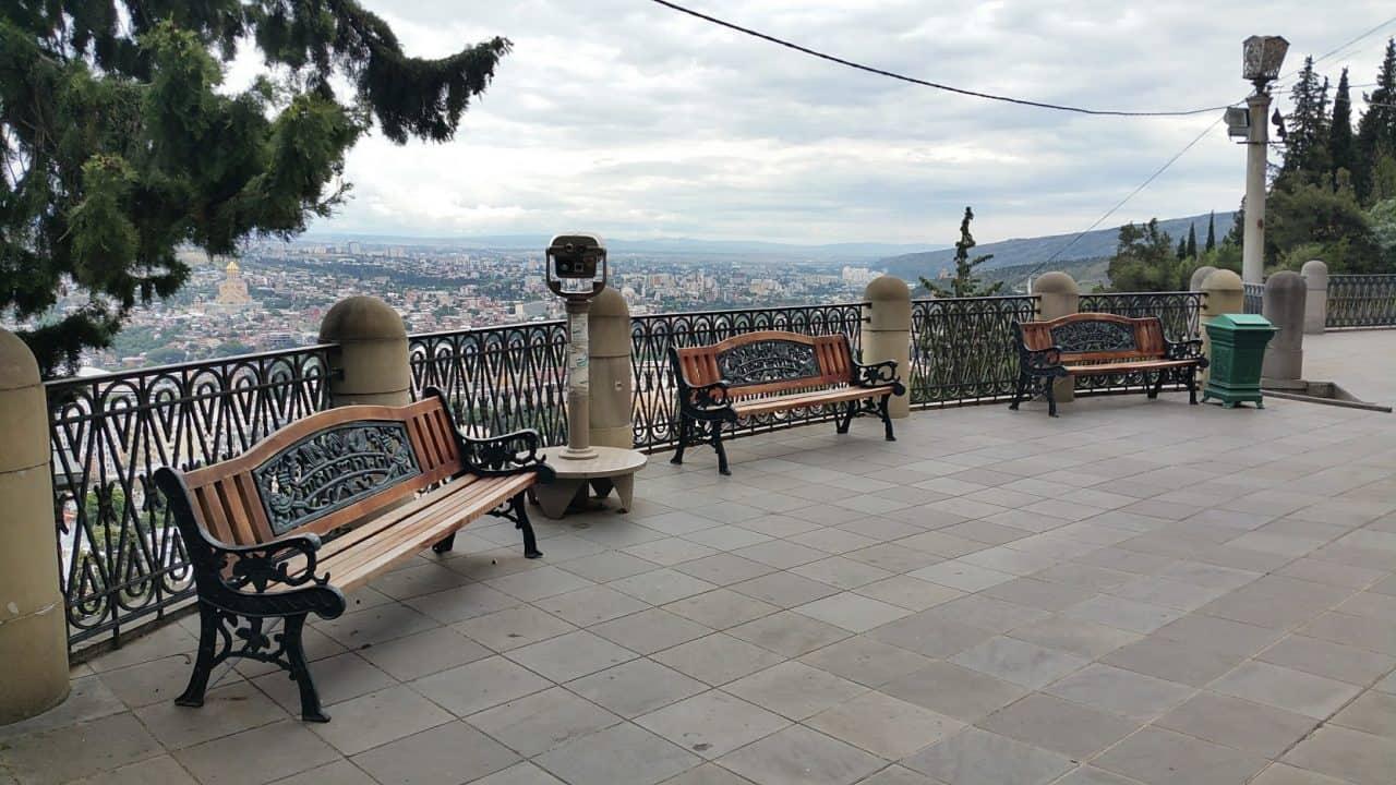 Скамейки на горе Мтацминда
