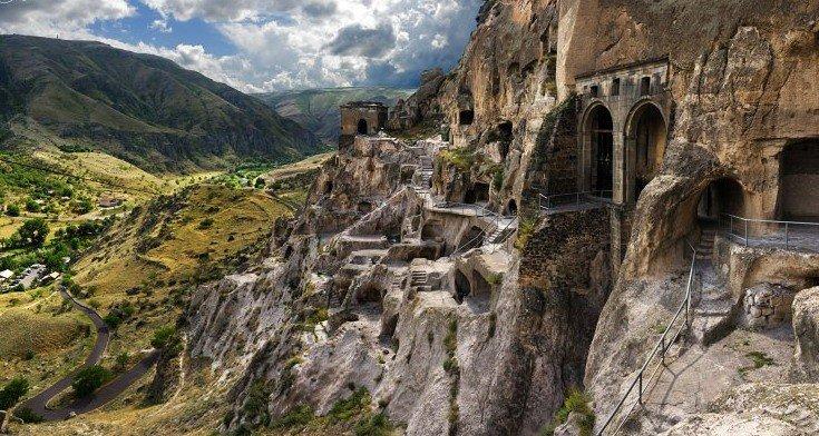 Пещерный город в скале