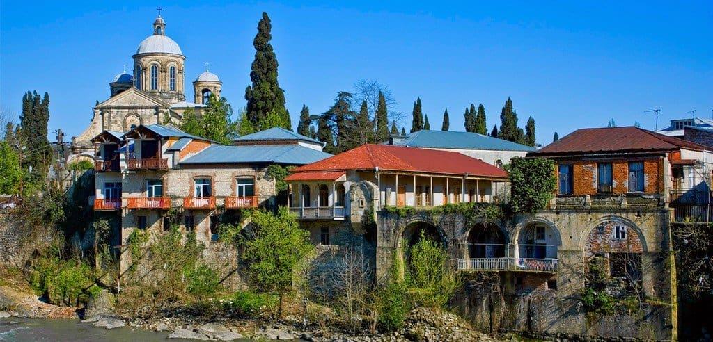 Дома на берегу реки Риони