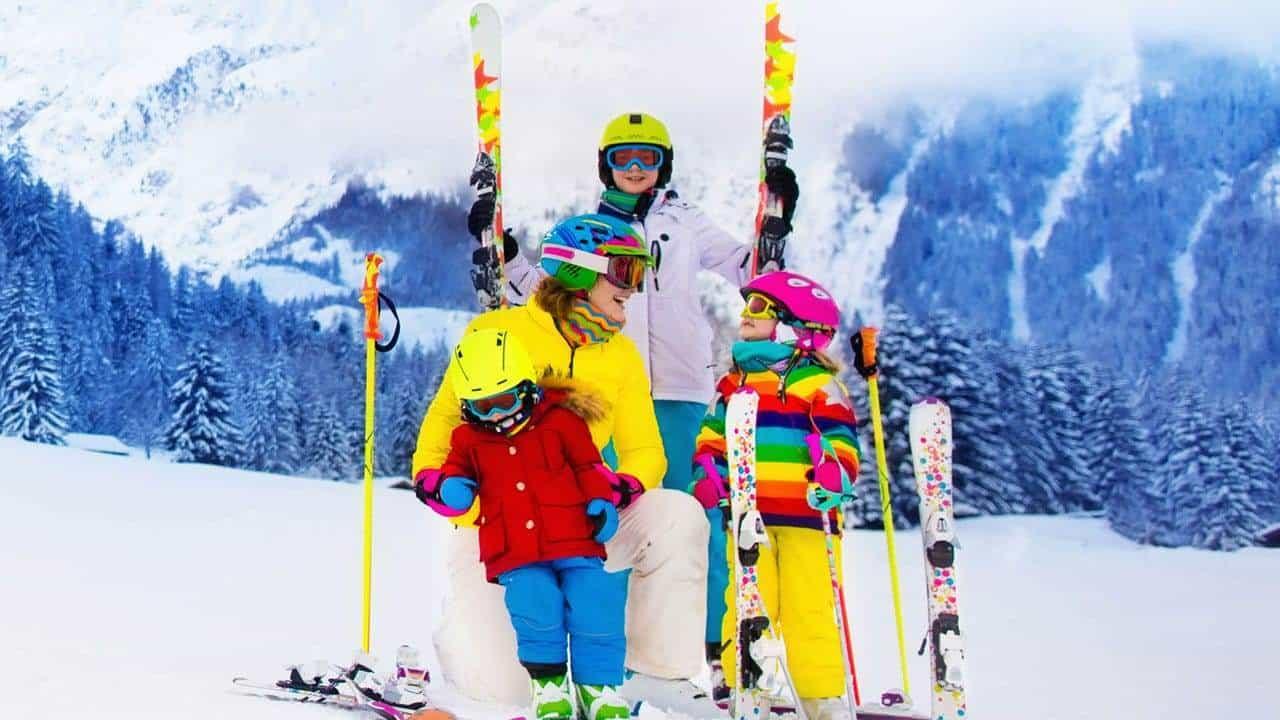Семья на горнолыжном склоне