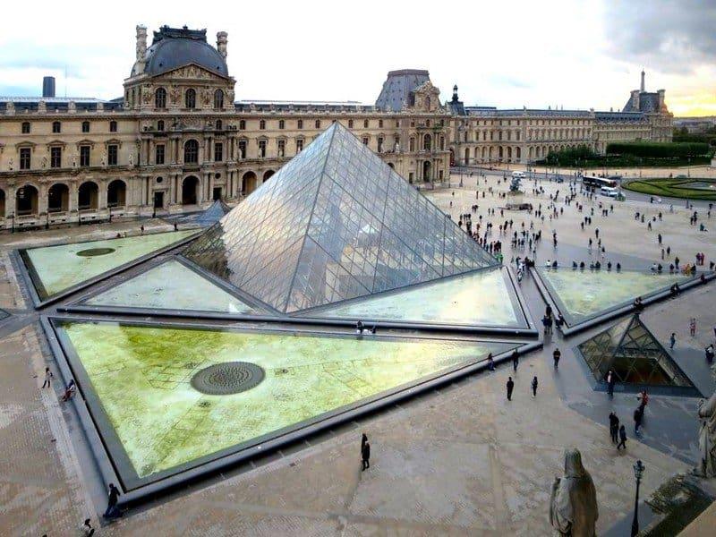 Площадь у пирамиды Лувра