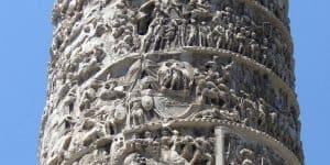 Вся колонна вылеплена скульптурами