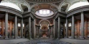 Внутри древнего здания