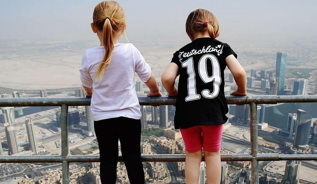 Дети на небоскребе в Дубаи