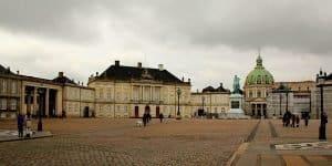 Площадь рядом с дворцом
