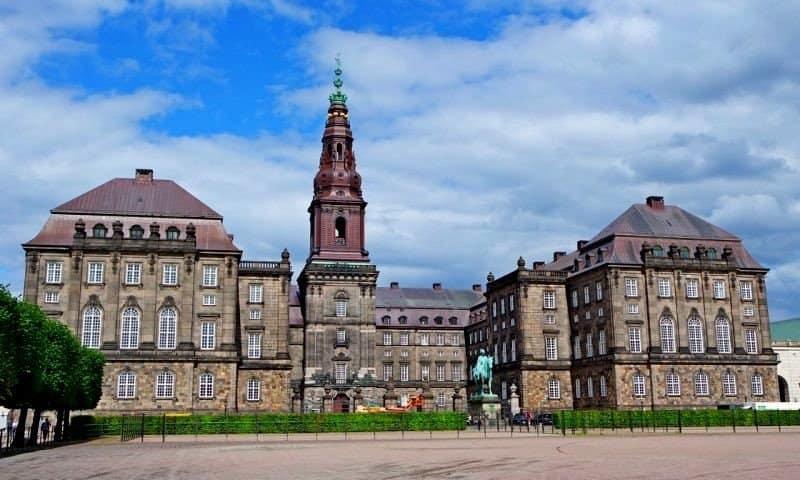 Площадь у дворца
