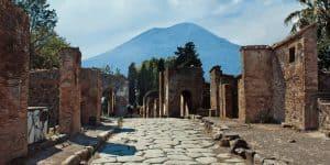 Помпеи и Везувий на дальнем плане