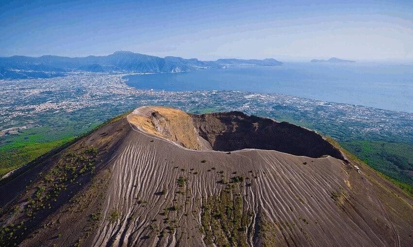 Величественный вулкан Везувий