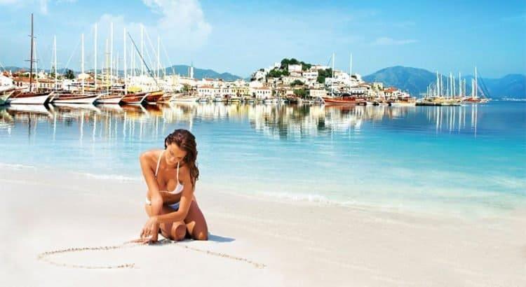 Девушка в купальнике на пляже в Турции