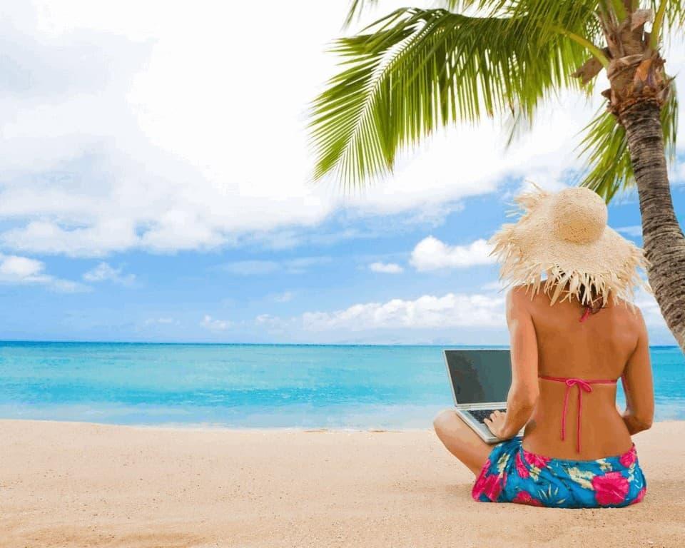 Девушка на пляже с компьютером