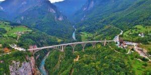 Вид с с высоты на мост и реку
