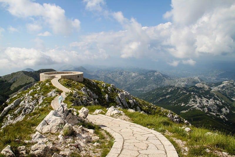 Смотровая площадка с панорамным видом на горе Ловчен