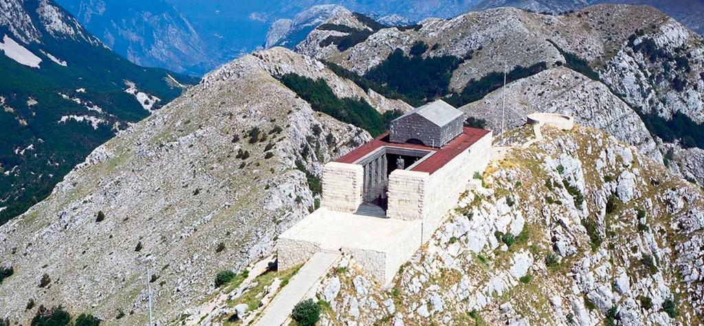 Вид на Мавзолей Негоша и смотровую площадку Ловчен