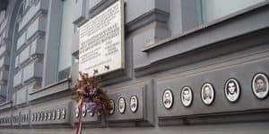 На стенах здания
