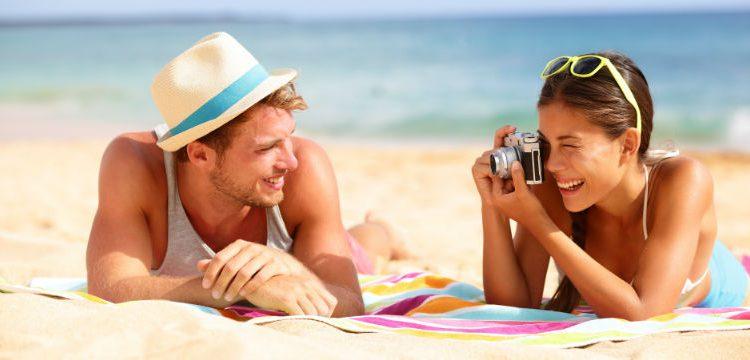 Молодая пара на пляже в Болгарии