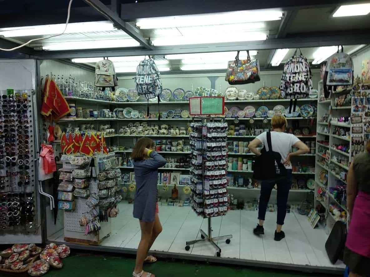 Сувенирная лавка на базаре в Будве