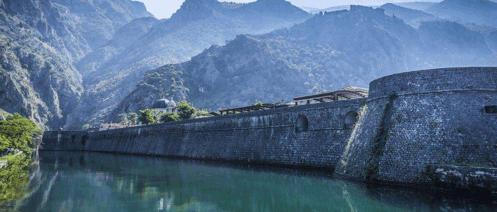 Крепостные стены Котора на фоне гор