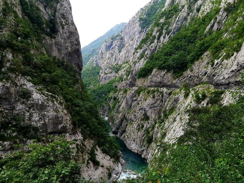Дорога по горам через тоннели